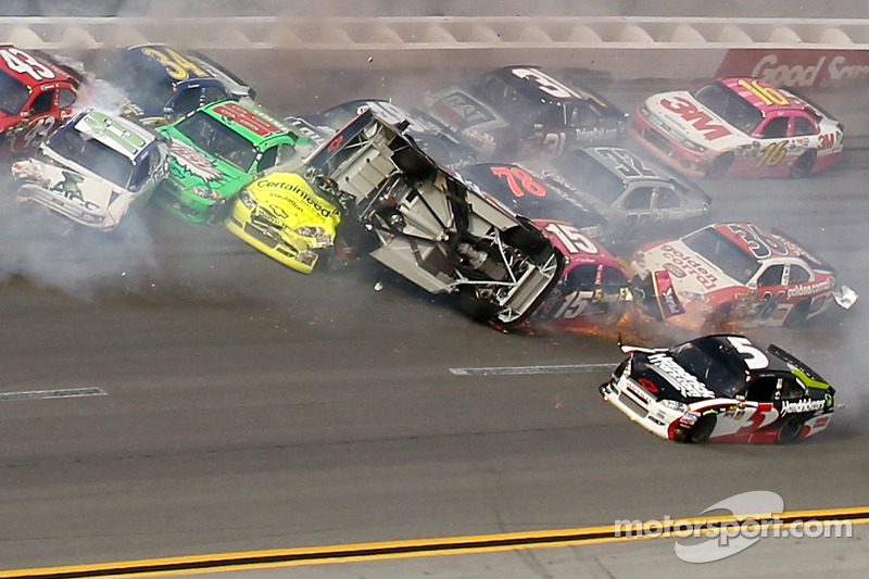 Last lap crash: Tony Stewart, Stewart-Haas Racing Chevrolet upside down