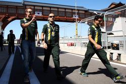 Giedo van der Garde, Caterham Third Driver walks the circuit