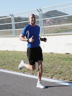 Daniel Schloesser, Personal Trainer of Nico Rosberg, Mercedes AMG F1, runs the track