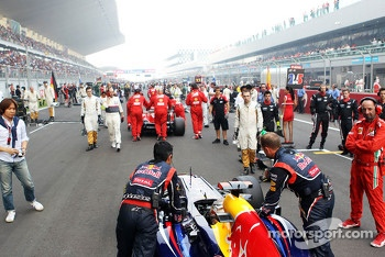 Sebastian Vettel, Red Bull Racing pushed to the grid