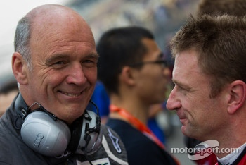 Dr. Wolfgang Ullrich encouraging Allen McNish before the race