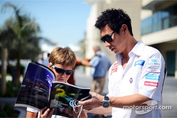 Kamui Kobayashi, Sauber signs autographs for the fans