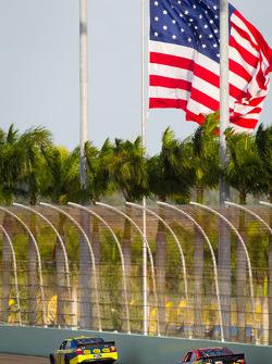 Matt Kenseth, Roush Fenway Racing Ford, Clint Bowyer, Michael Waltrip Racing Toyota
