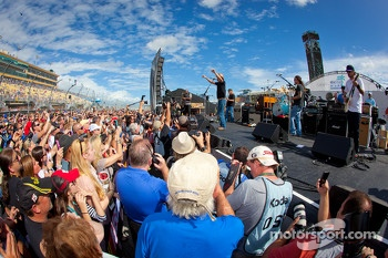 Pre-race concert with Kid Rock