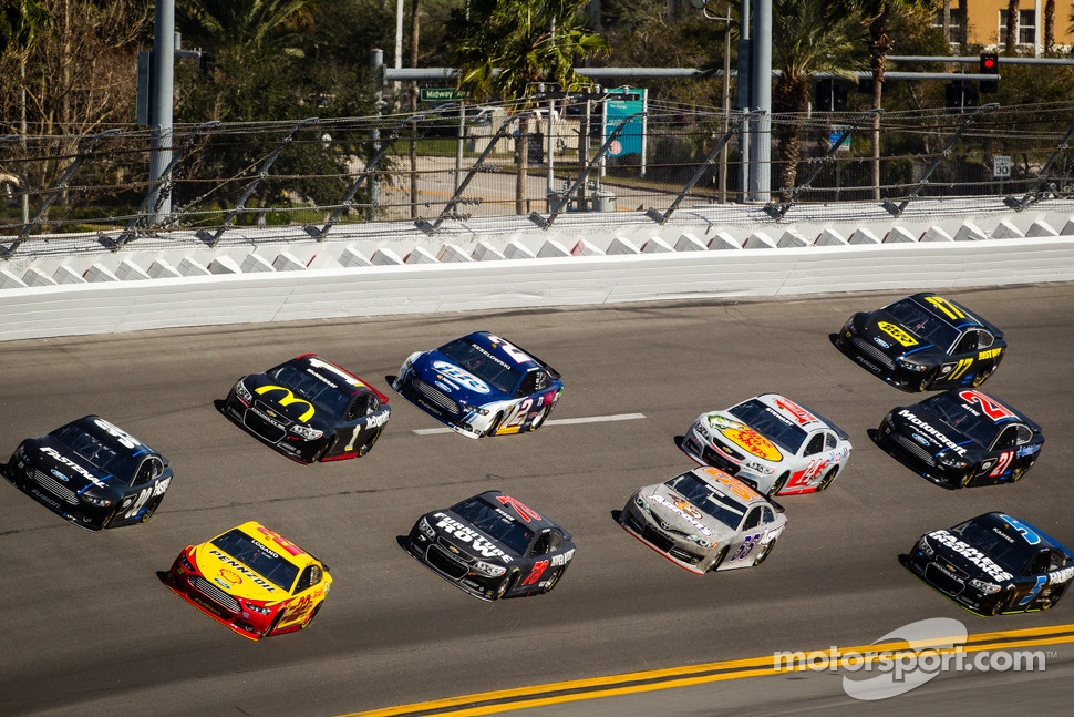 Joey Logano, Penske Racing Ford and Carl Edwards, Roush Fenway Racing Ford lead a group of cars