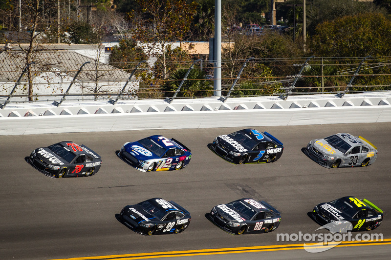 Kurt Busch, Furniture Row Racing Chevrolet and Carl Edwards, Roush Fenway Racing Ford lead a group of cars