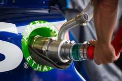 Refuel on the car of Jimmie Johnson, Hendrick Motorsports Chevrolet