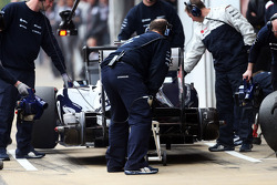 Pastor Maldonado, Williams FW35 in the pits