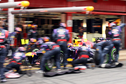 Mark Webber, Red Bull Racing RB9 practices a pit stop