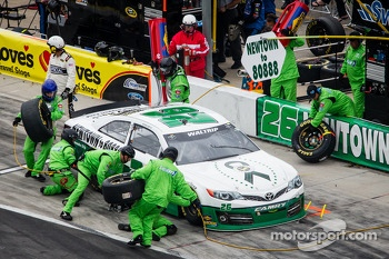 Pit stop for Michael Waltrip, Swan Racing Toyota