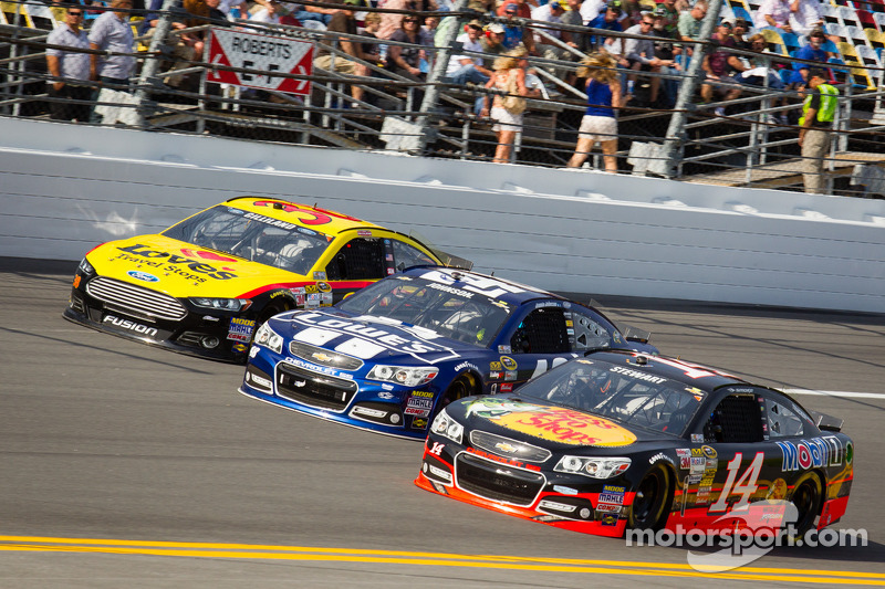 J.J. Yeley, Tommy Baldwin Racing Chevrolet, Jimmie Johnson, Hendrick Motorsports Chevrolet and Tony Stewart, Stewart-Haas Racing Chevrolet battle