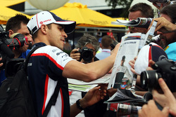 Pastor Maldonado, Williams signs autographs for the fans