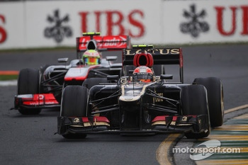 Romain Grosjean, Lotus F1 E21 leads Sergio Perez, McLaren MP4-28
