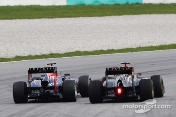 Sebastian Vettel, Red Bull Racing RB9 and Romain Grosjean, Lotus F1 E21 battle for position