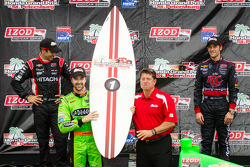 Podium: race winner James Hinchcliffe, Andretti Autosport Chevrolet, second place Helio Castroneves, Team Penske Chevrolet, third place Marco Andretti, Andretti Autosport Chevrolet
