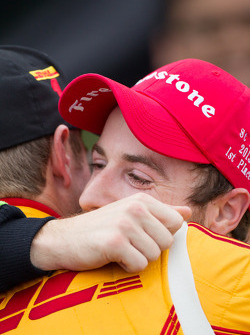 Victory circle: race winner James Hinchcliffe, Andretti Autosport Chevrolet gets a hug from Ryan Huntery-Reay, Andretti Autosport Chevrolet