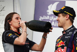 Race winner Sebastian Vettel, Red Bull Racing celebrates on the podium with Gill Jones, Red Bull Racing Electronics