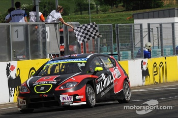 Robert Huff, SEAT Leon WTCC, ALL-INKL.COM Munnich Motorsport takes the win