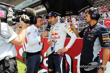 Mark Webber, Red Bull Racing with Will Buxton, NBS Sports Network TV Presenter on the grid