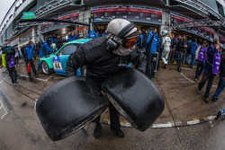 Pit stop for #44 Falken Motorsports Porsche 997 GT3 R (SP9): Wolf Henzler, Peter Dumbreck, Martin Ragginger, Sebastian Asch