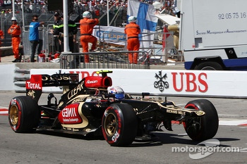 Romain Grosjean, Lotus F1 E21 with a broken front wing