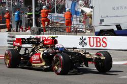 Romain Grosjean, Lotus F1 E21 with a broken front wing