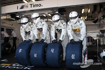 Mechanics of Timo Glock, BMW Team MTEK BMW M3 DTM