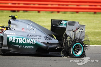 Lewis Hamilton Mercedes AMG F1 W04 returns to the pits with a punctured rear Pirelli tyre