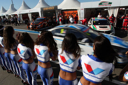 Grid Girls and Alex MacDowall, Chevrolet Cruze 1.6T, bamboo-engineering