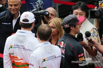 (L to R): Adrian Sutil, Sahara Force India F1 and Daniel Ricciardo, Scuderia Toro Rosso with the media