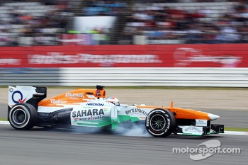 Paul di Resta, Sahara Force India VJM06 locks up under braking