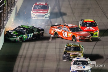 Denny Hamlin, Joe Gibbs Racing Toyota, Matt Kenseth, Joe Gibbs Racing Toyota, and Jeff Gordon, Hendrick Motorsports Chevrolet crash