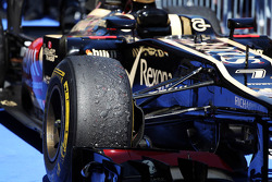 Worn Pirelli tyre on the Lotus F1 E21 of Kimi Raikkonen, Lotus F1 Team