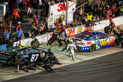 Pit stop for Greg Biffle, Roush Fenway Racing Ford and Joe Nemechek, NEMCO Motorsports Toyota