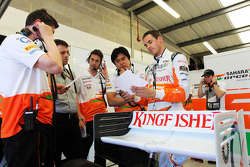 Adrian Sutil, Sahara Force India VJM06 with his engineers