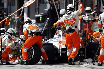 Paul di Resta, Sahara Force India VJM06 makes a pit stop