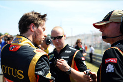 Romain Grosjean, Lotus F1 Team with Alan Permane, Lotus F1 Team Trackside Operations Director, on the grid