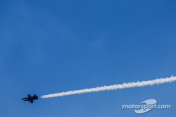 Air show entertainment in pre-race