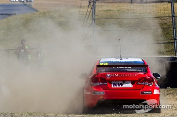 Tom Chilton spins at turn 2 during qualification