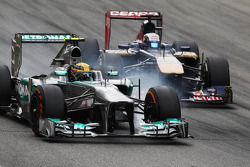 Lewis Hamilton, Mercedes AMG F1 W04 and Jean-Eric Vergne, Scuderia Toro Rosso STR8 battle for position
