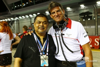 Vijay Eswaran, QI Group Executive Chairman with Graeme Lowdon, Marussia F1 Team Chief Executive Officer on the grid