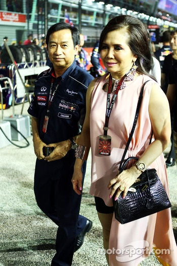 Chalerm Yoovidhya, Red Bull Racing Co-Owner with his wife on the grid
