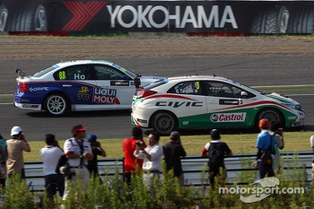 Gabriele Tarquini, Honda Civic, Honda Racing Team J.A.S. and Henry Ho Wai Kun, BMW 320si, Liqui Moly Team Engstler