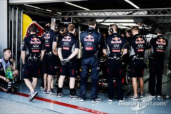 Mechanics surround the Red Bull Racing RB9