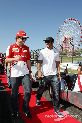 (L to R): Fernando Alonso, Ferrari and Lewis Hamilton, Mercedes AMG F1 on the drivers parade