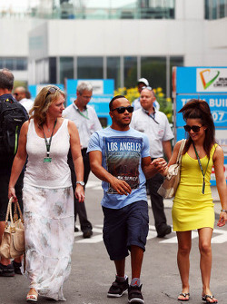 Nicolas Hamilton, irmão de Lewis Hamilton, Mercedes AMG F1 com  stepmum Linda Hamilton, (esquerda)