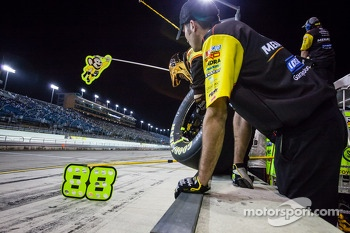 Crew members for Matt Crafton ready for a pit stop