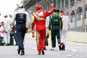 (L to R): Pastor Maldonado, Williams and Felipe Massa, Ferrari at the end of season drivers photograph