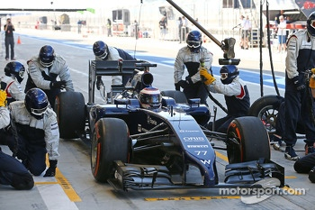 Valtteri Bottas, Williams FW36 practices a pit stop