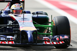Jean-Eric Vergne, Scuderia Toro Rosso STR9 running flow-vis paint on the front suspension